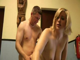 Blondine mit dicken Titten von Hinten gefickt